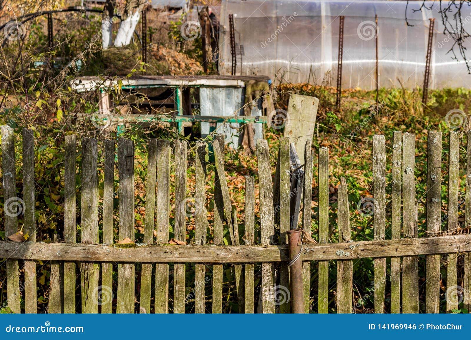 Gammalt lantligt staket mellan trädgårdarna
