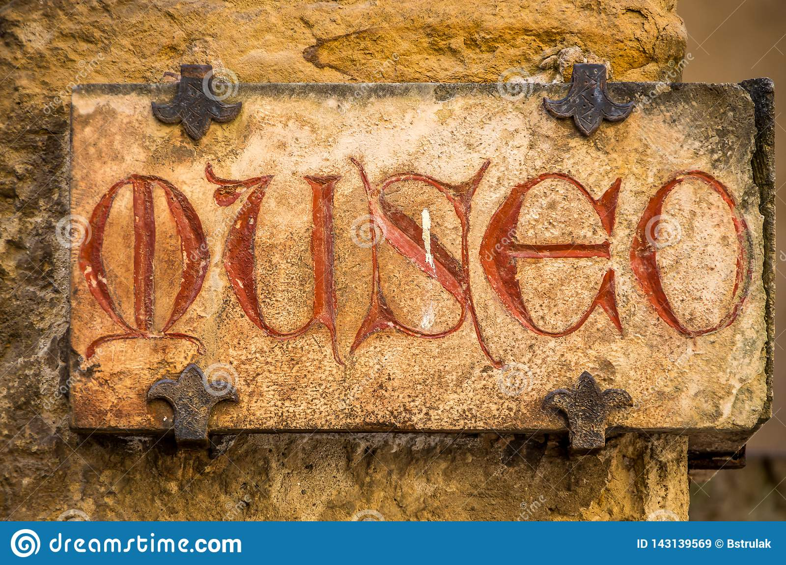 Gammalt medeltida tecken med röda bokstäver - museumtext i italienare