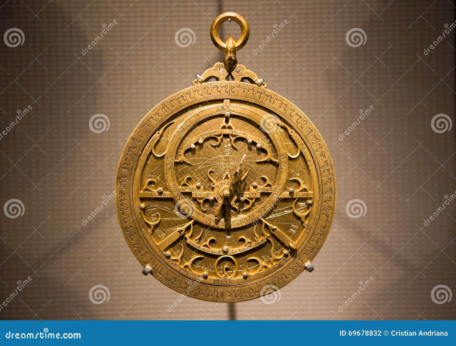 Gammalt metalliskt arabiskt astrolabiumslut upp