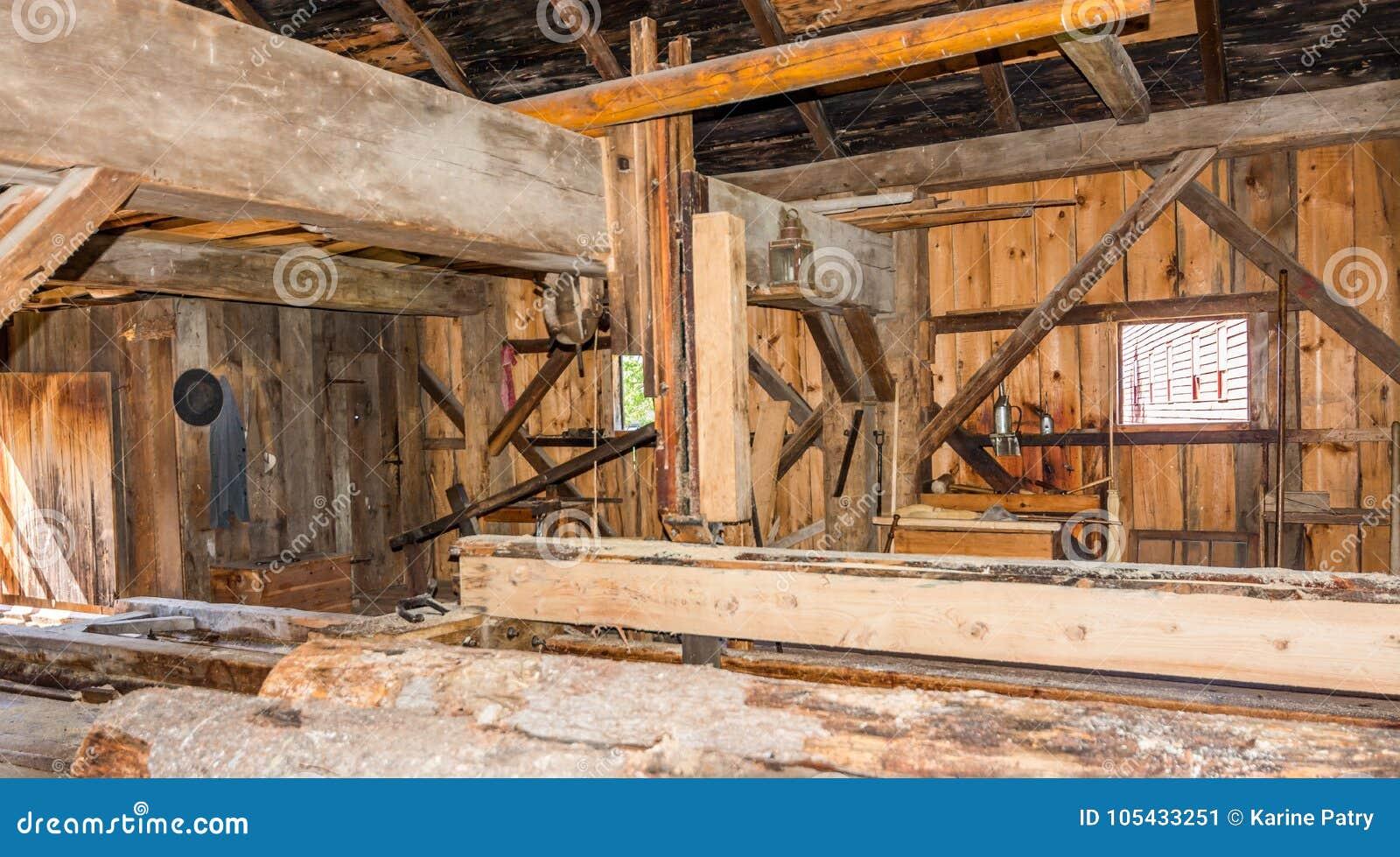 Gammalt och antikt sågverk i funktion