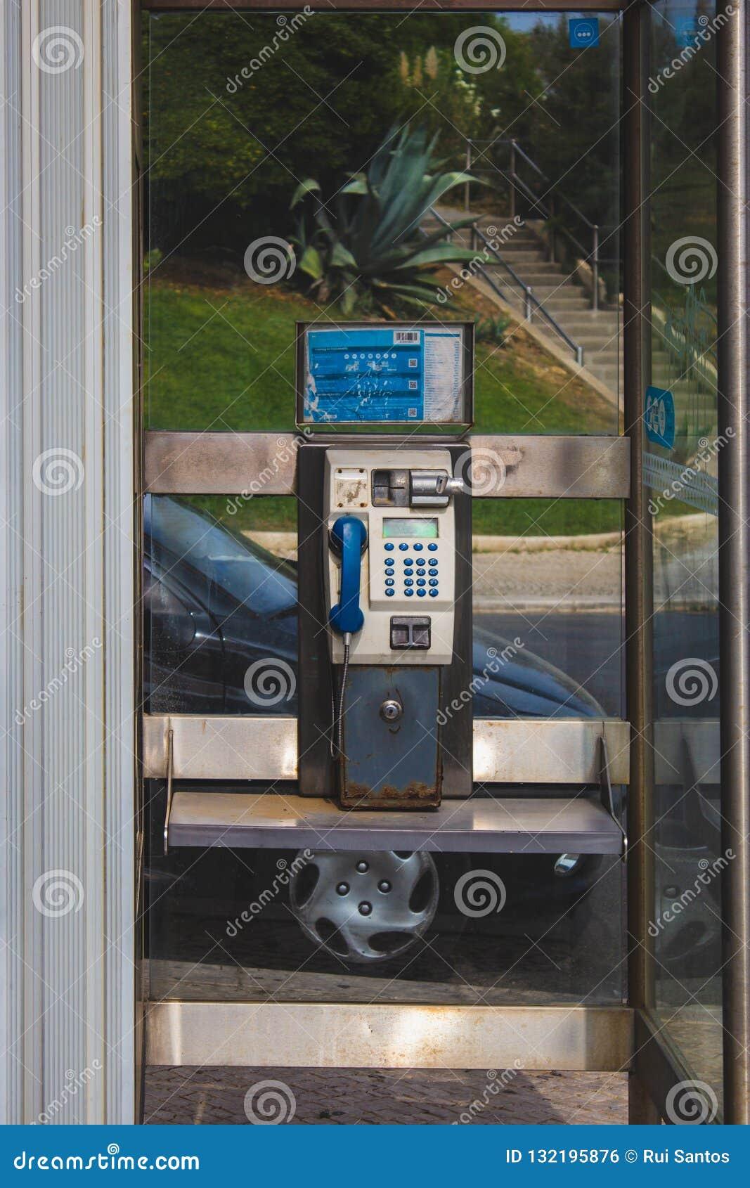 Gammalt parallellt mynttelefonbås i Oeiras, Portugal