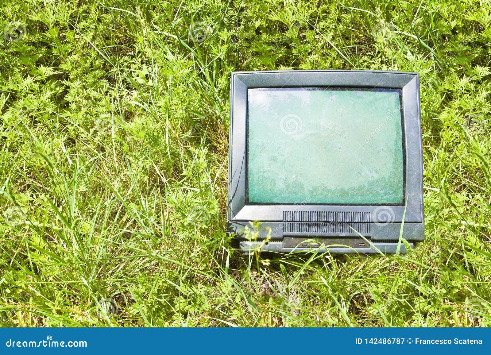Gammalt rör för stråle för televisionCRT-katod som överges i naturen - begreppsbild med kopieringsutrymme