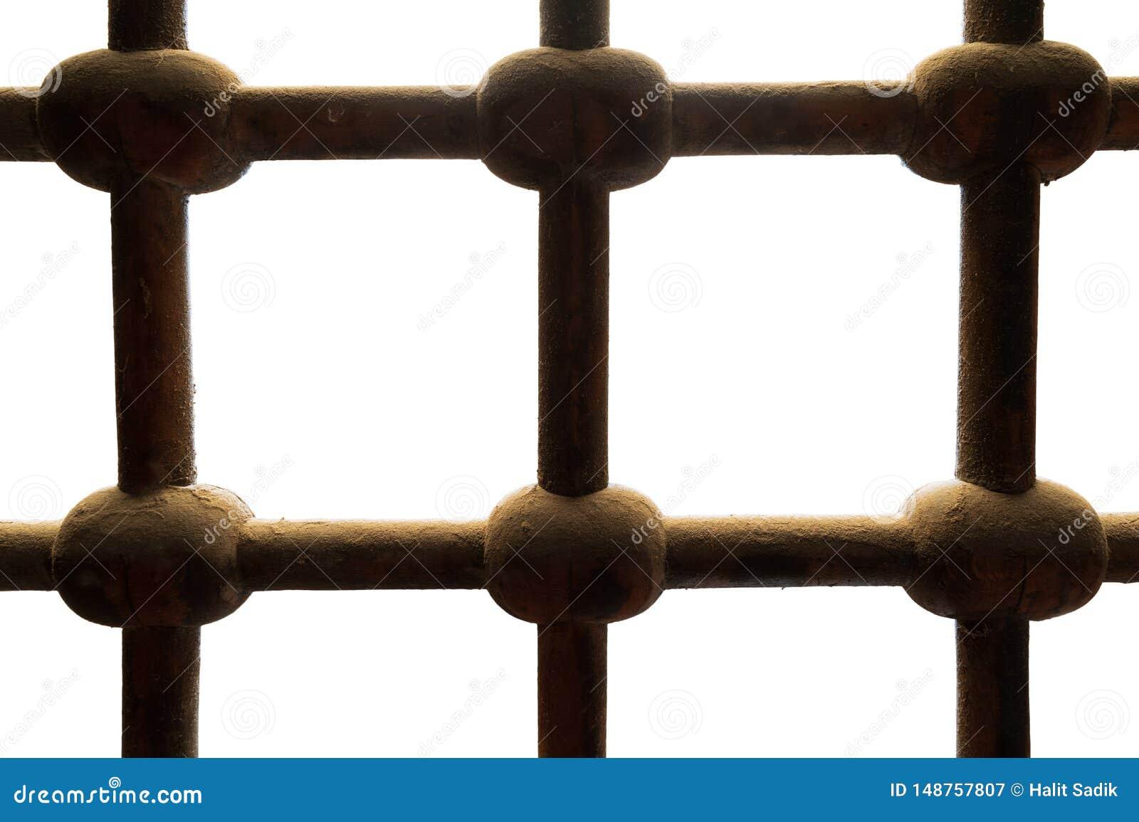 Gammalt rostat för järnstänger för grunge som utsmyckat genomskuret fönster isoleras på vit, med urklippbanan