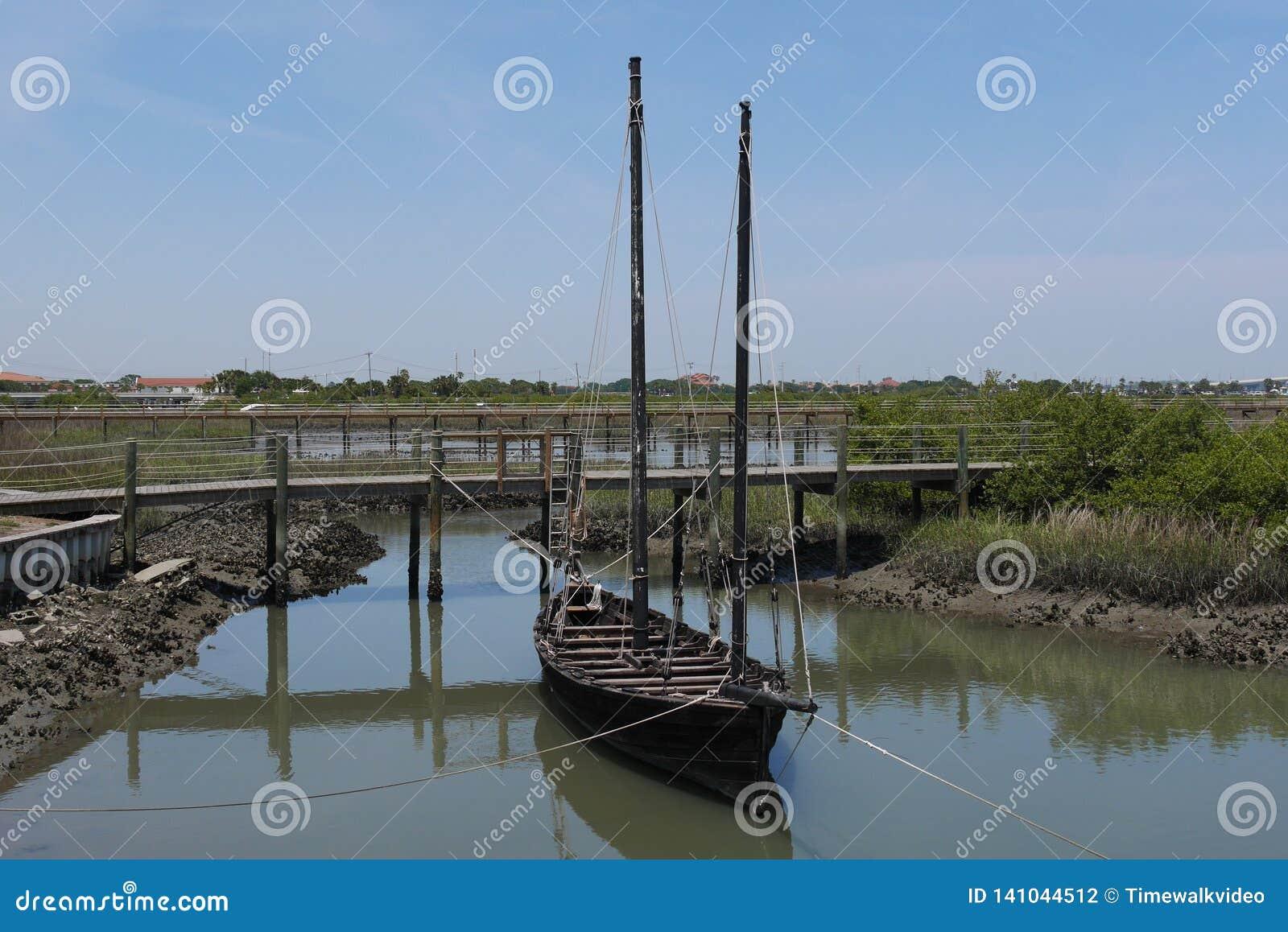 Gammalt segla fartyget som anslutas på floden