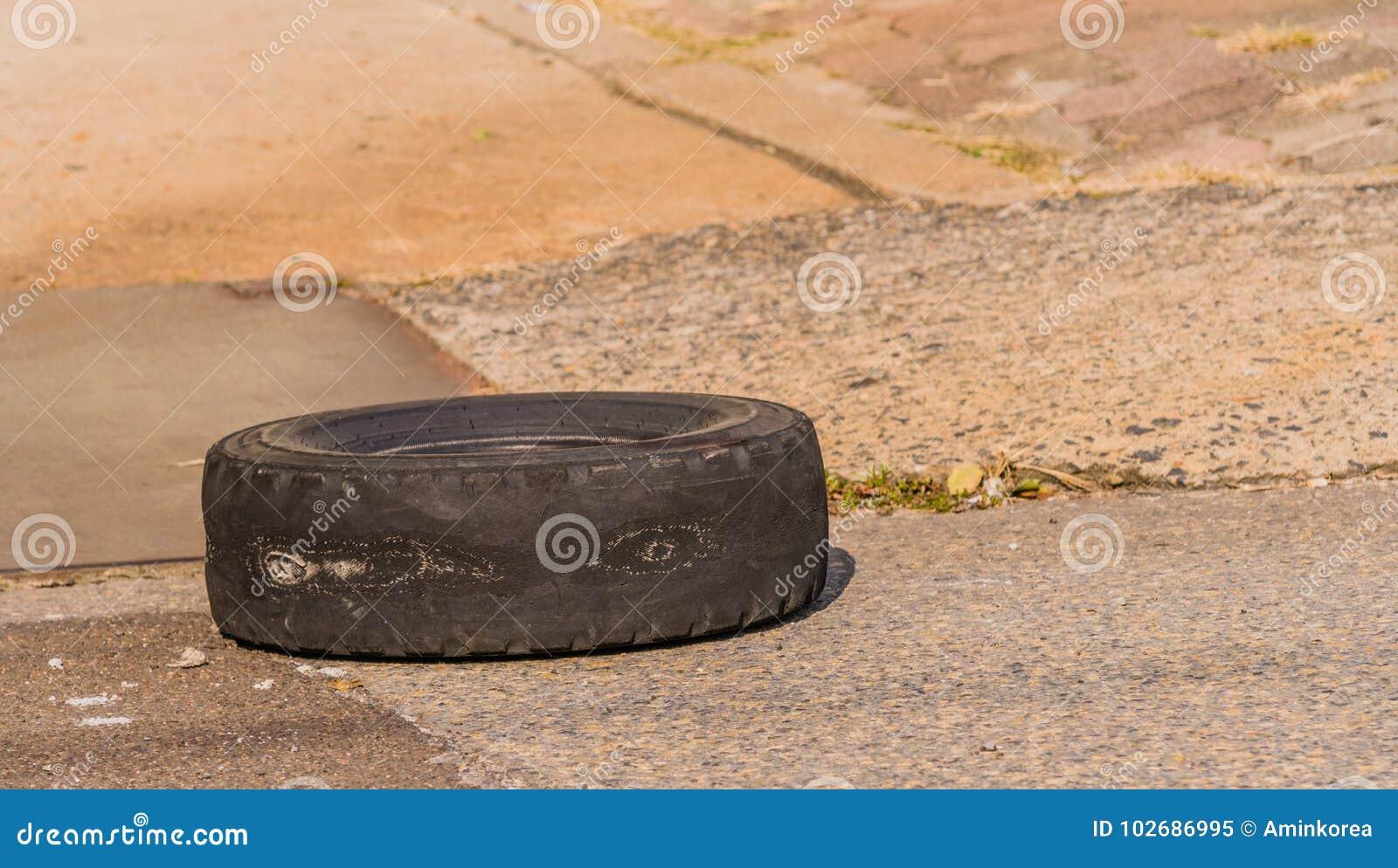 Gammalt slitet gummihjul utan däckmönster