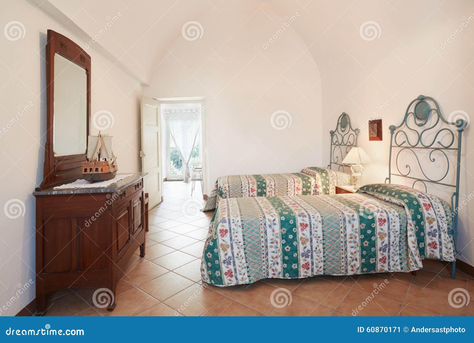 Gammalt sovrum med två sängar i forntida italienskt hus arkivfoto ...