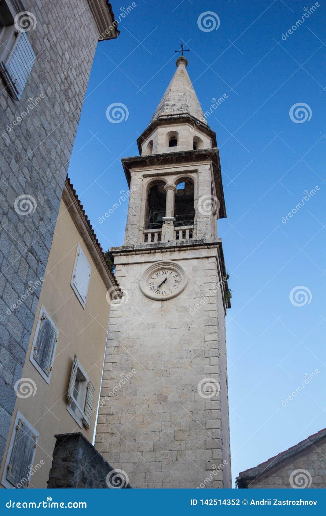 Gammalt stena tornet på bakgrunden av blå himmel
