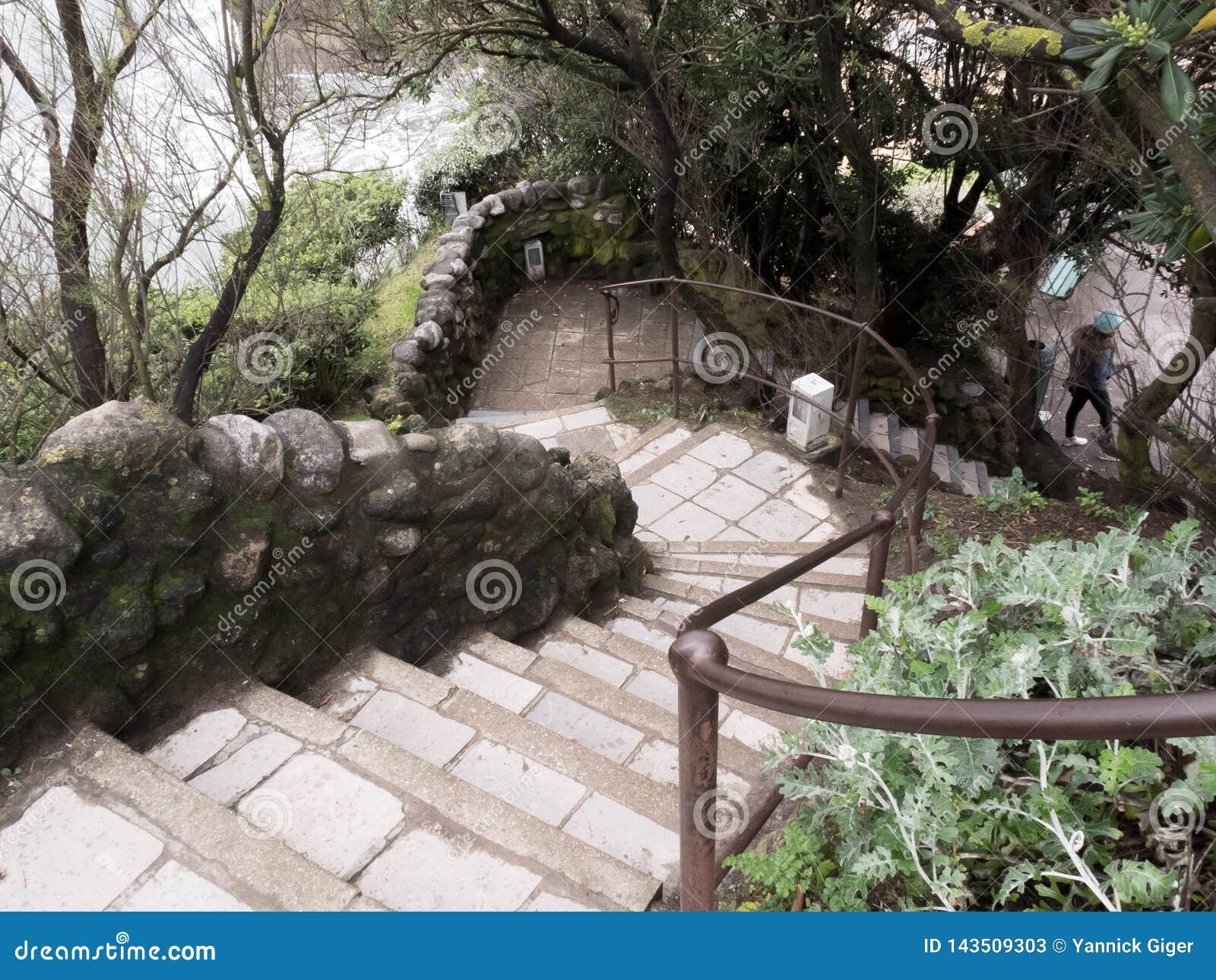 Gammalt stena trappa går ner på vaggar till havsvattnet Atlantic Ocean Biarritz, Frankrike