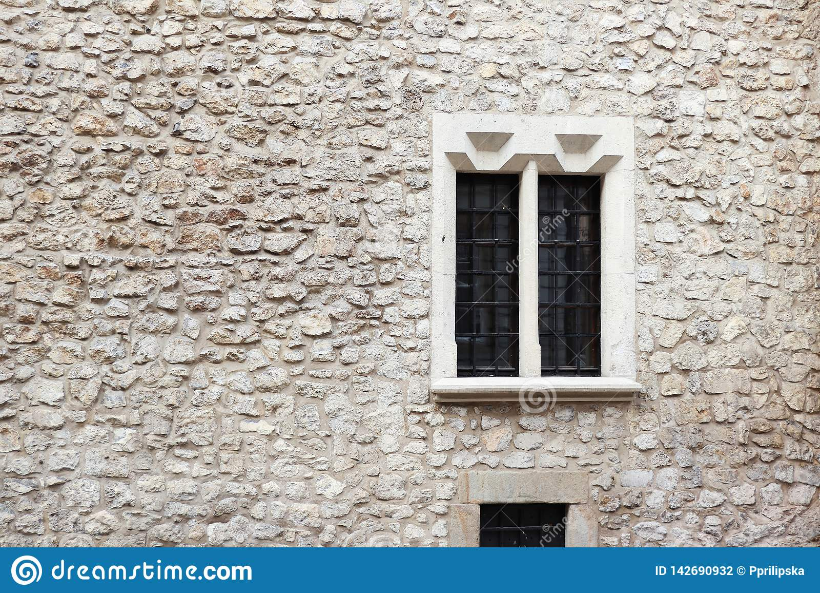 Gammalt stena väggen och cement med det gamla fönstret detaljerad verklig sten för bakgrund mycket Krakow stenvägg Lagg på fönstr