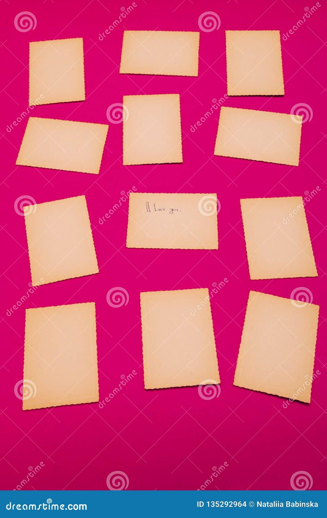 Gammalt tappningpapper ställde in den rosa röda lotten av meddelandet för brädet för påminnelsen för missiv för bokstaven för kan