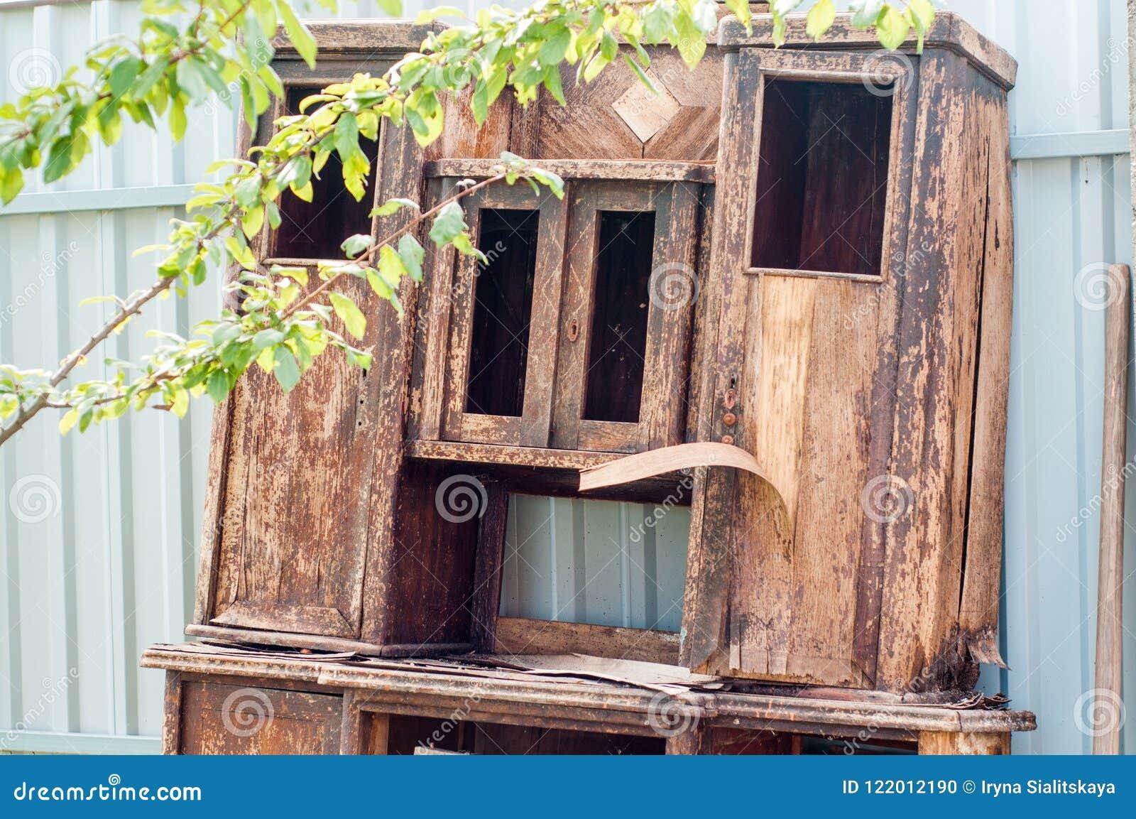 Gammalt trä för dörr Knäckt sprucken målarfärg fönstret knäcktes