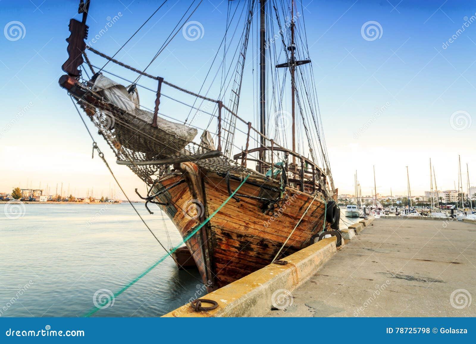 Gammalt träfartyg i Portimao, Algarve, Portugal