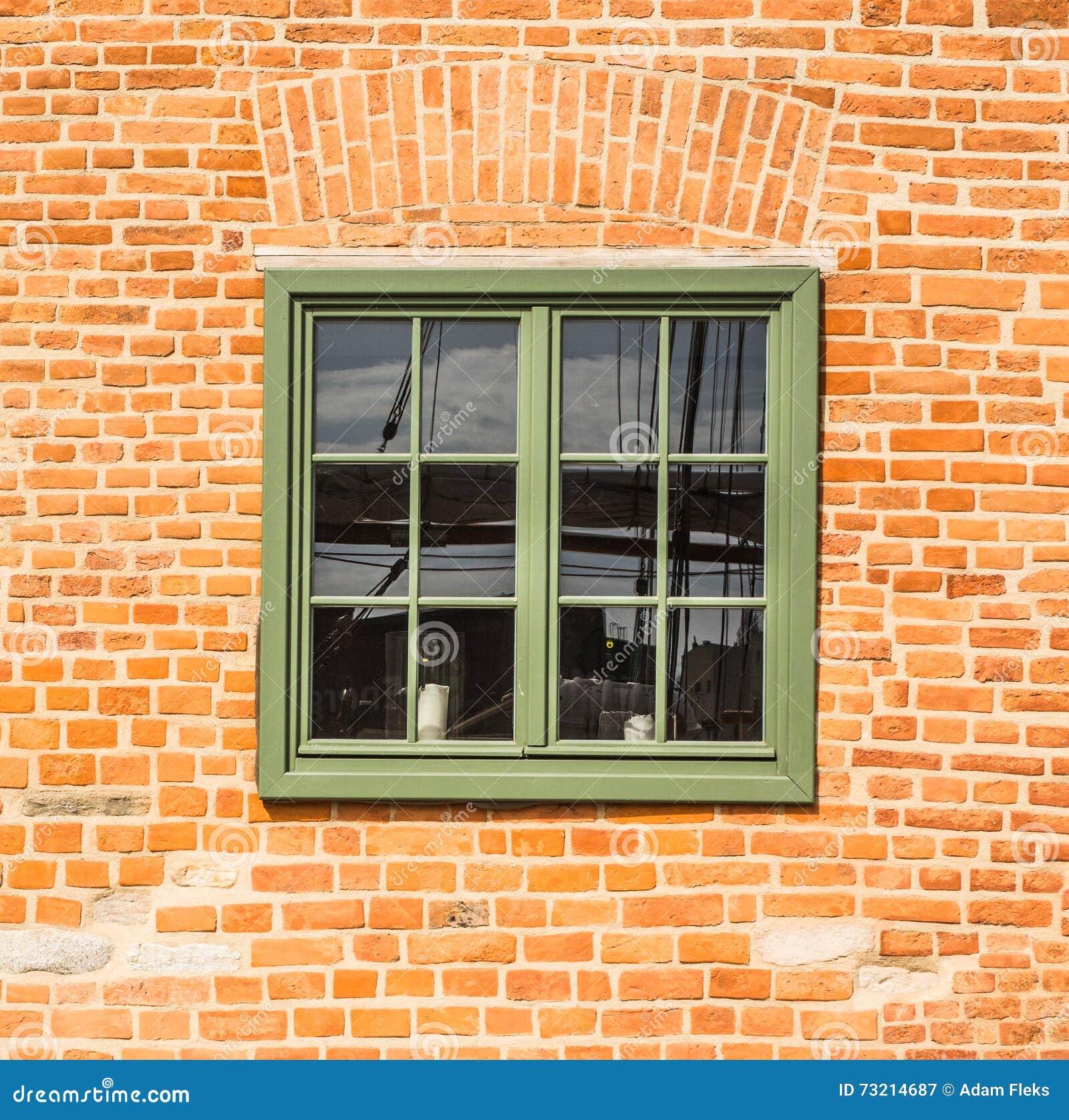 Gammalt trägrönt fönster