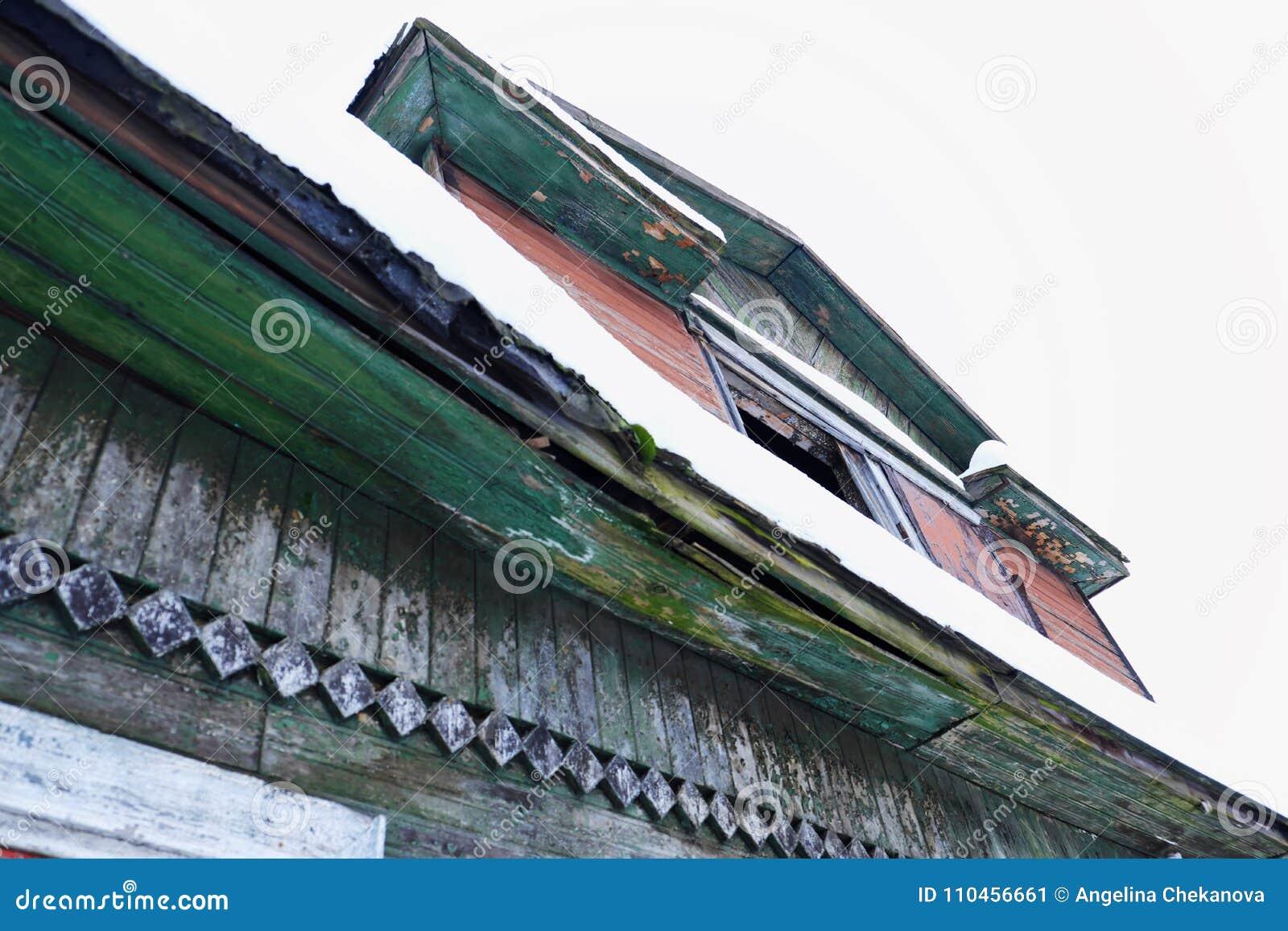 Gammalt trägrönt hus i den ryska byn
