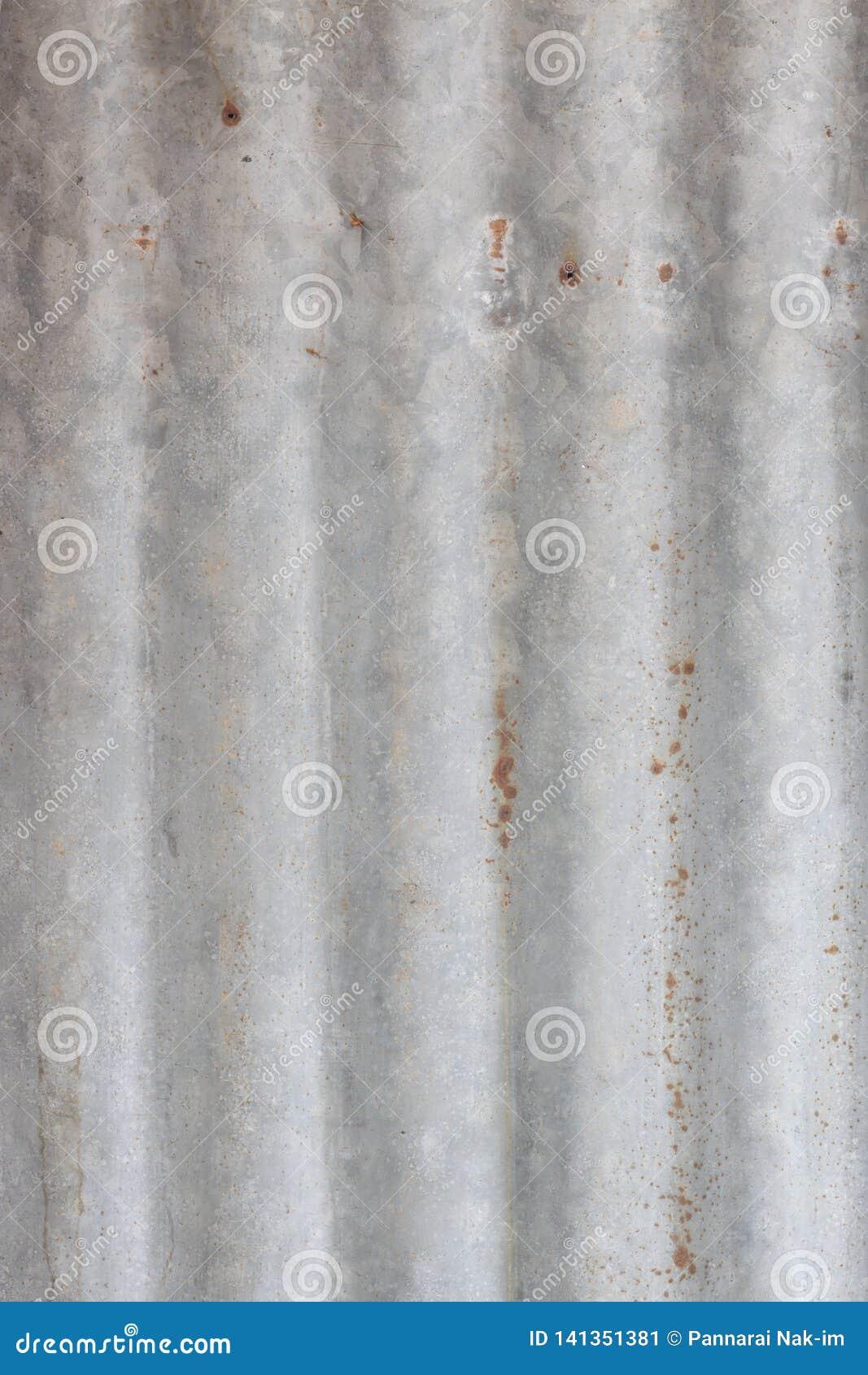 Gammalt zinkark för att taklägga huset av folk