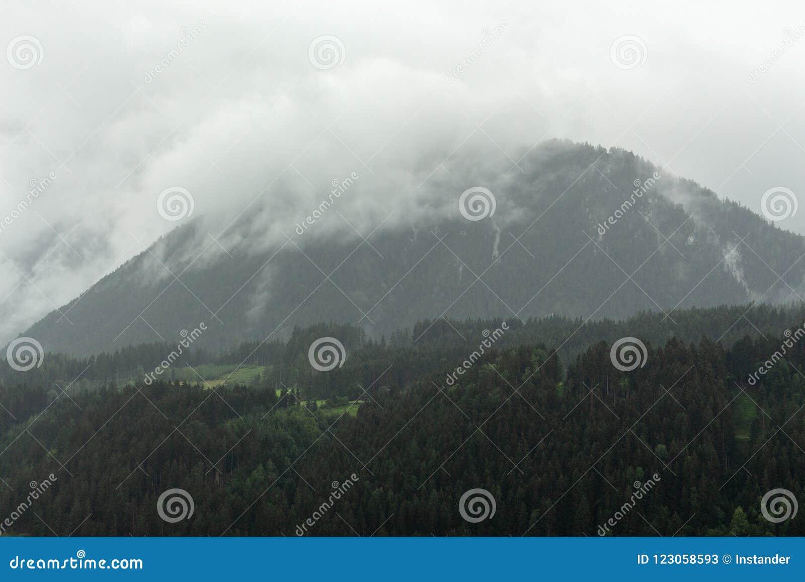 Gamme de montagne pluvieuse et déprimée obscurcie de massif de Dachstein