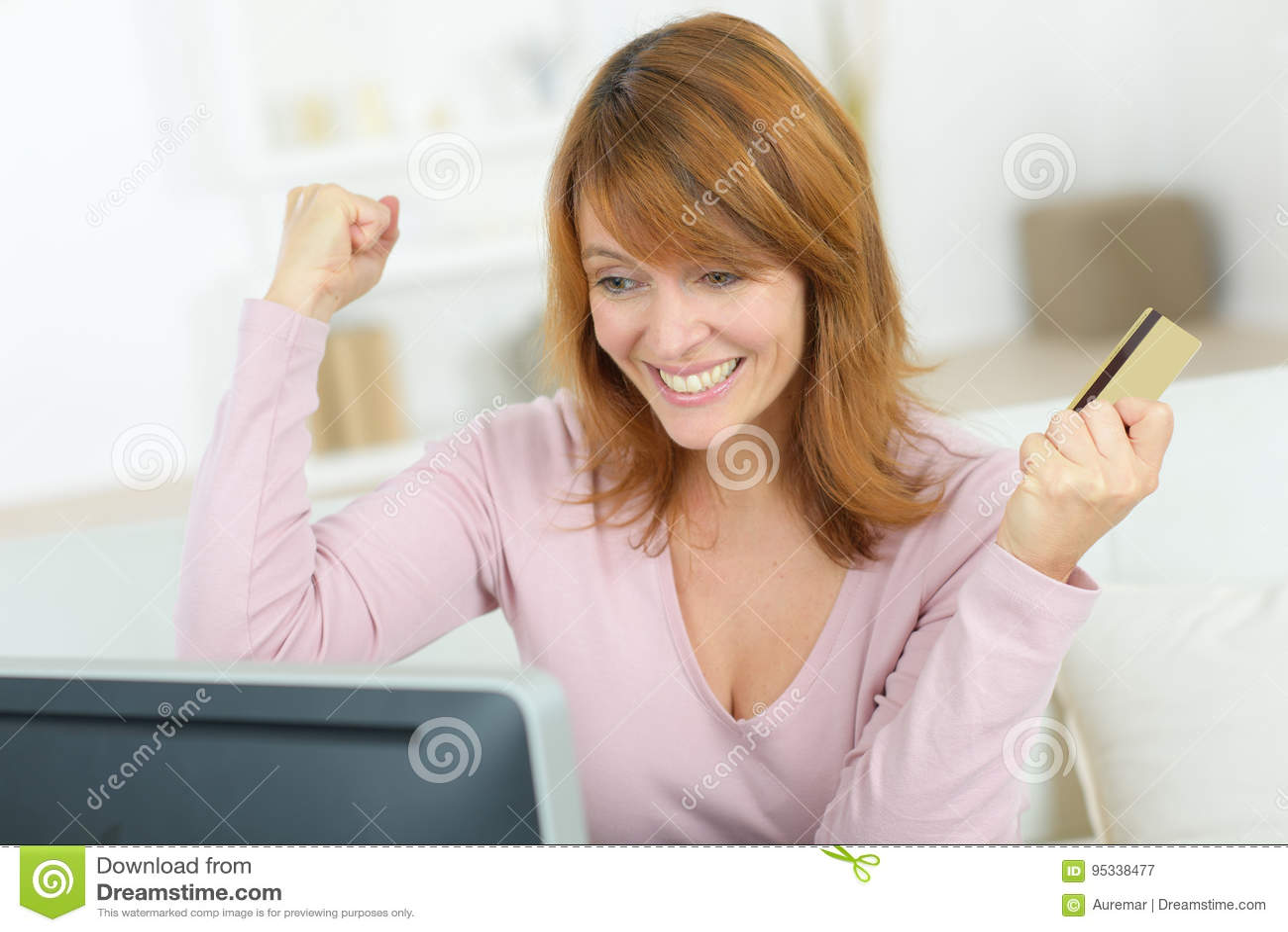 Ganador eufórico que gana el ordenador portátil en línea de observación en casa
