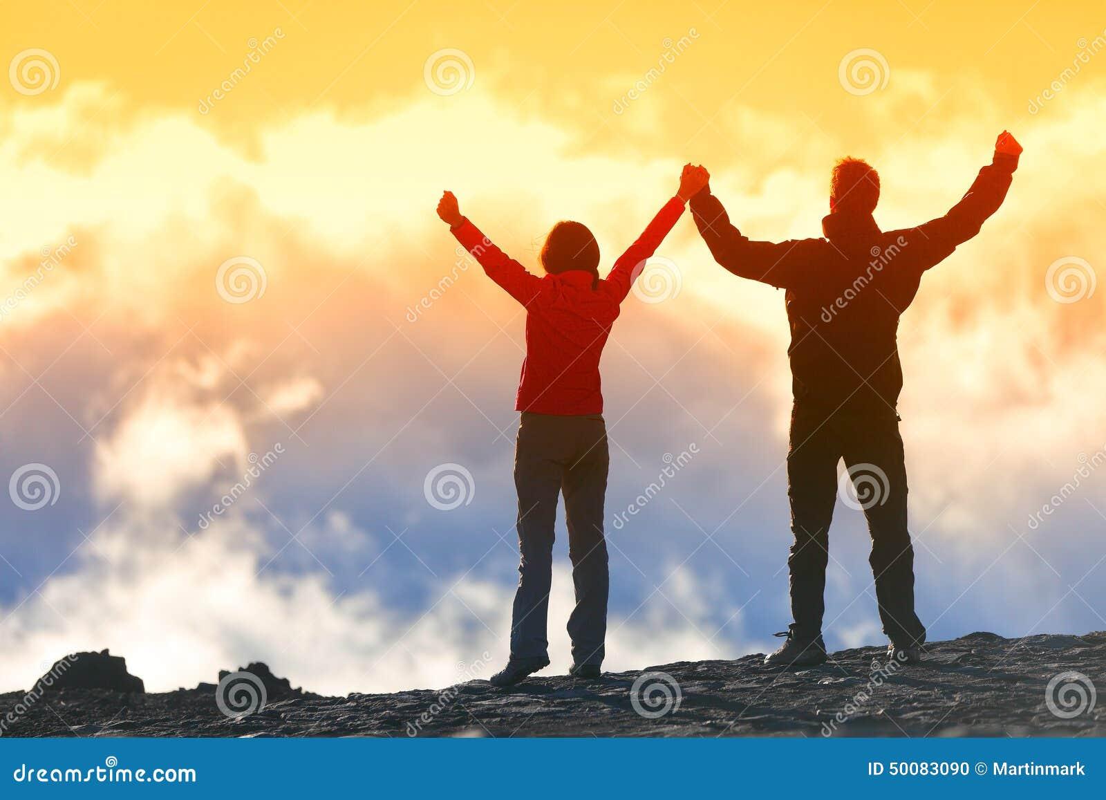 Ganadores felices que alcanzan la meta de la vida - gente del éxito