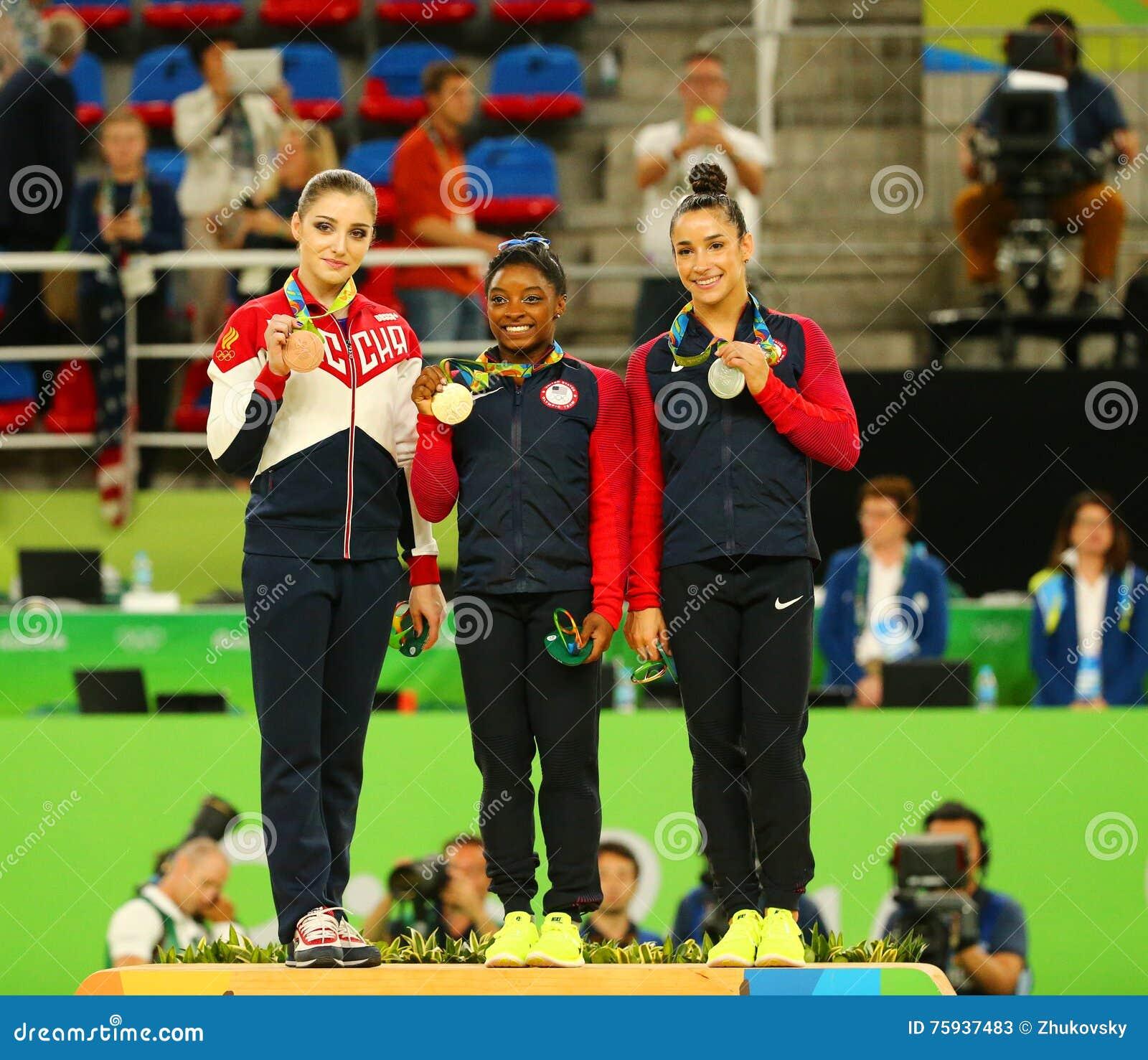 ¿Cuánto mide Simone Biles? - Real height Ganadores-vers%C3%A1tiles-de-la-gimnasia-en-r%C3%ADo-juegos-ol%C3%ADmpicos-aliya-mustafina-l-simone-biles-y-aly-raisman-durante-ceremonia-de-75937483