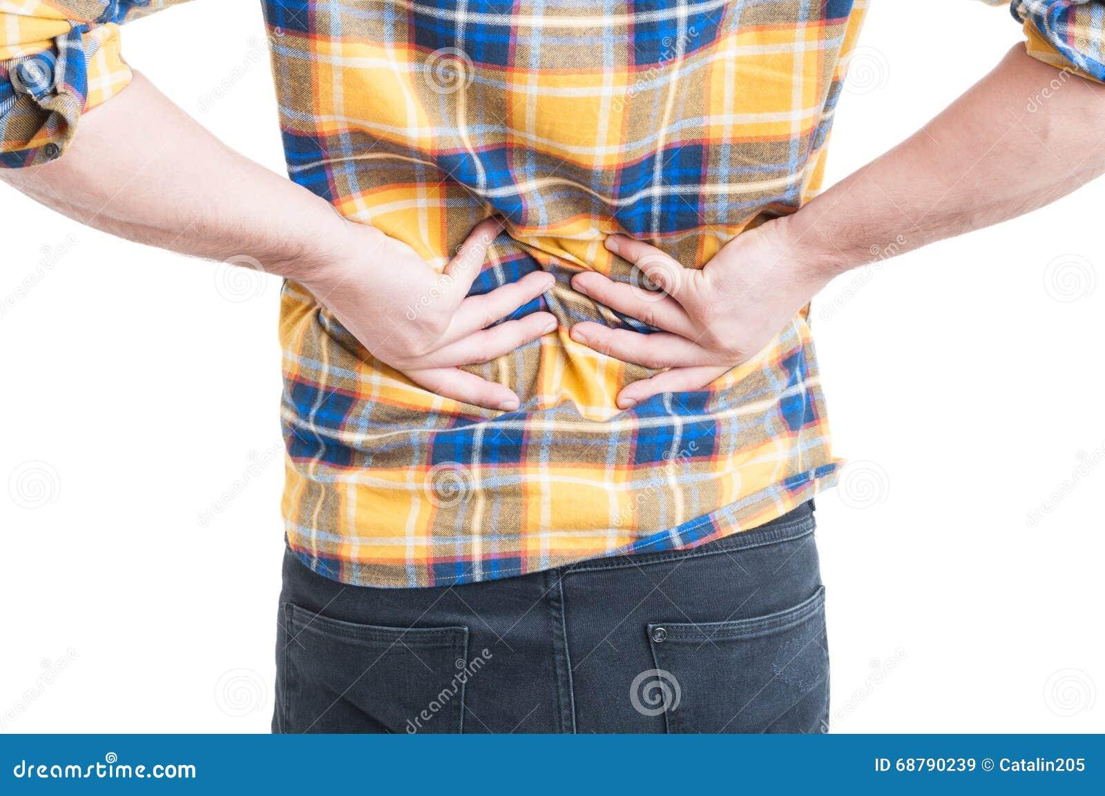 Gancho agarrador del hombre joven el suyo detrás porque dolor lombar