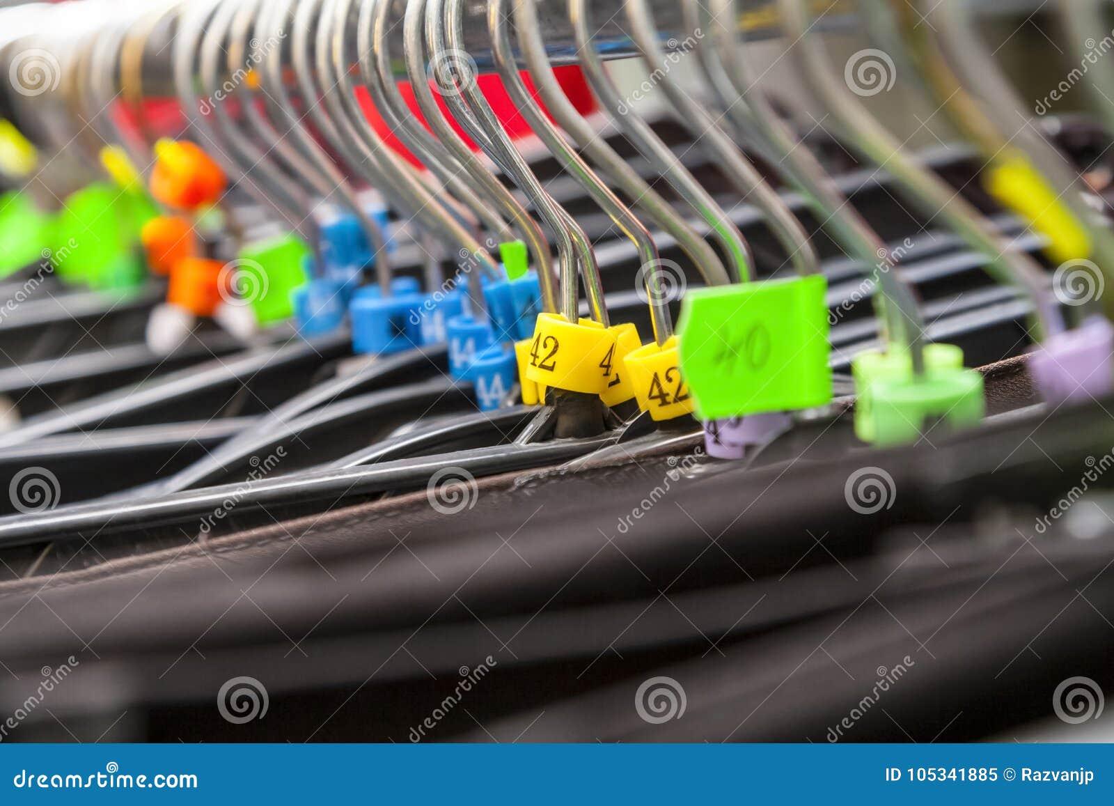 Ganchos em uma loja de roupa