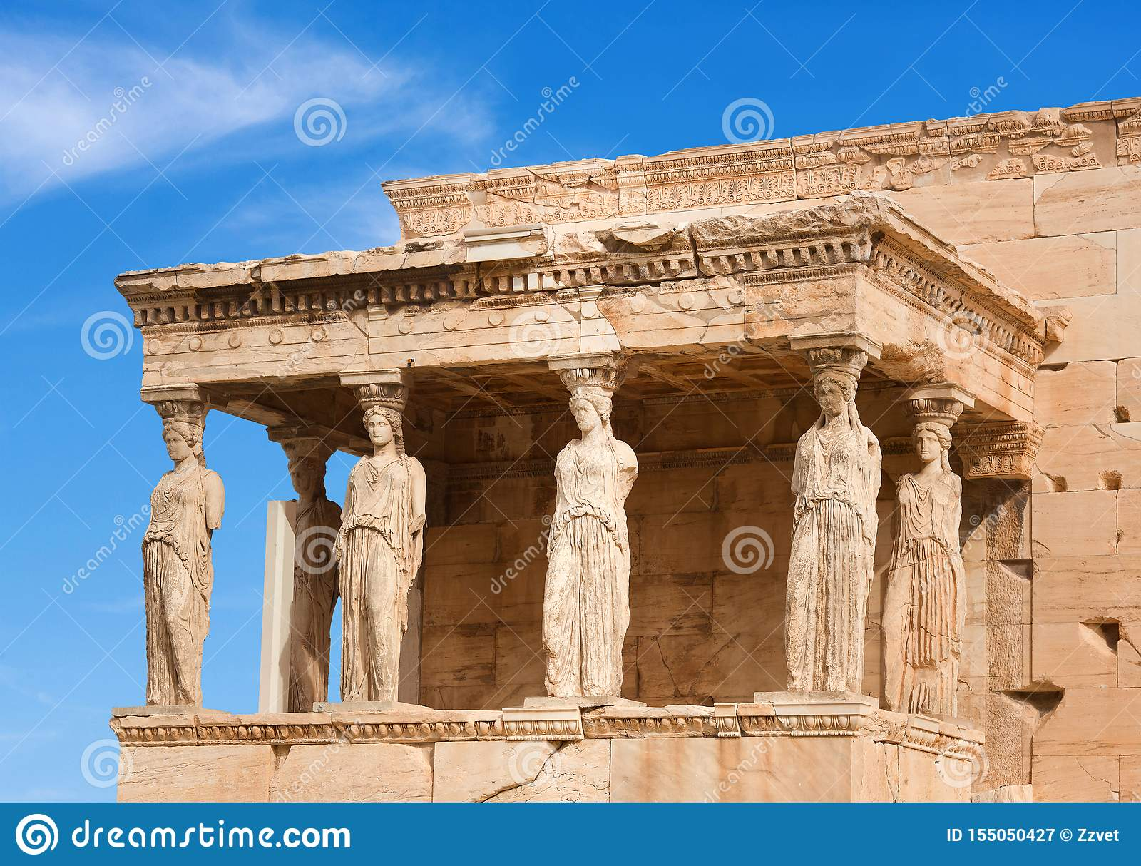 Ganeczek kariatydy przy sławną antyczną Erechtheion Grecką świątynią na północnej stronie akropol Ateny w Grecja
