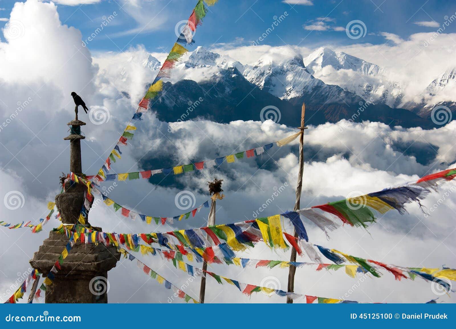 Ganesh Himal z stupy i modlitwy flaga