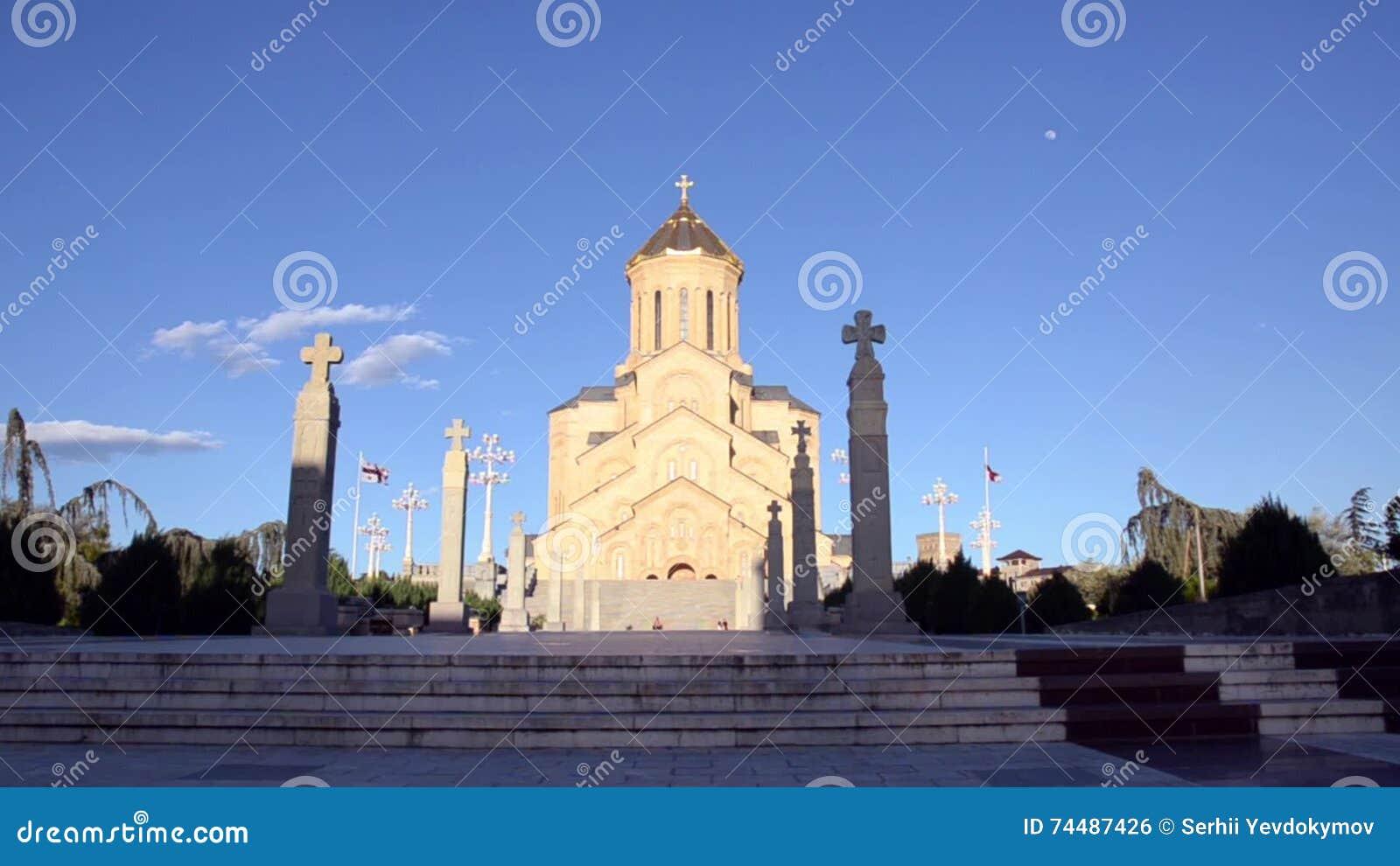 Gang aan de ingang aan sameba kerk op een achtergrond van blauwe