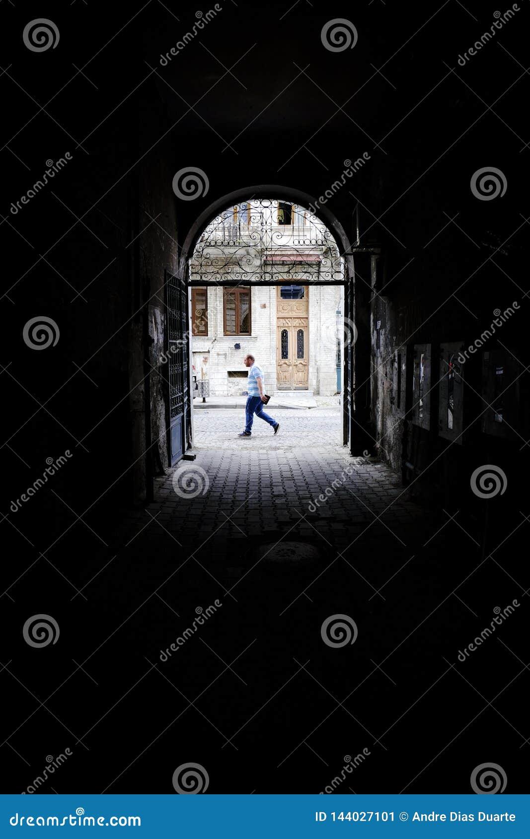 Gang aan straat met persoon die voorbijgaat