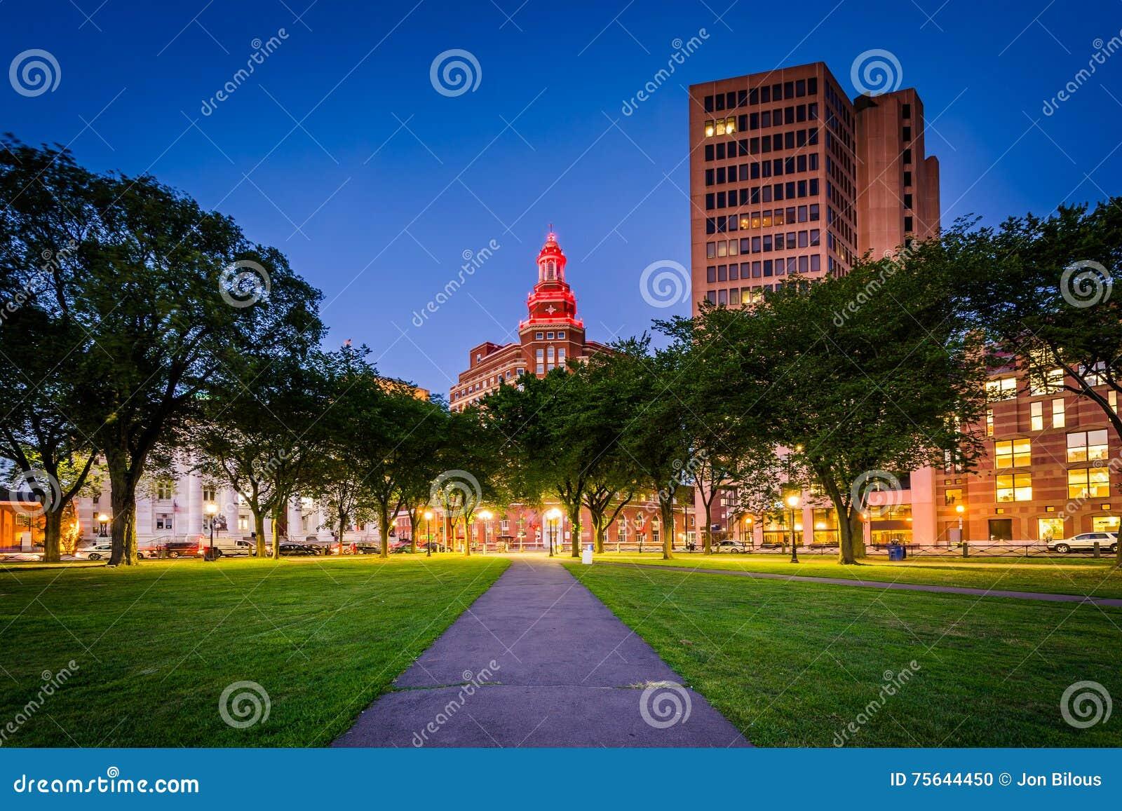 Gang bij Groen New Haven en gebouwen binnen van de binnenstad bij nigh