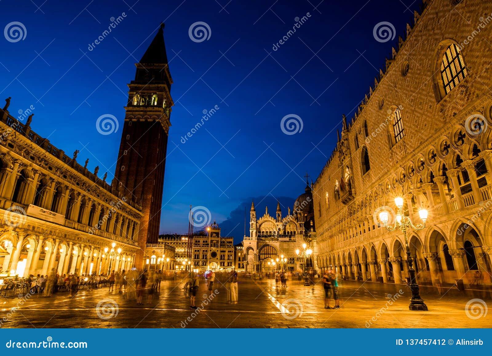 Gang bij nacht op de straten van Venetië