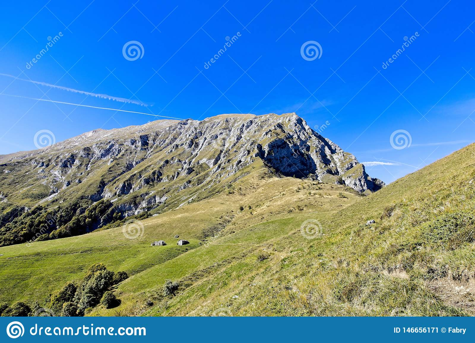 Gang die een vallei in Alpes kruisen