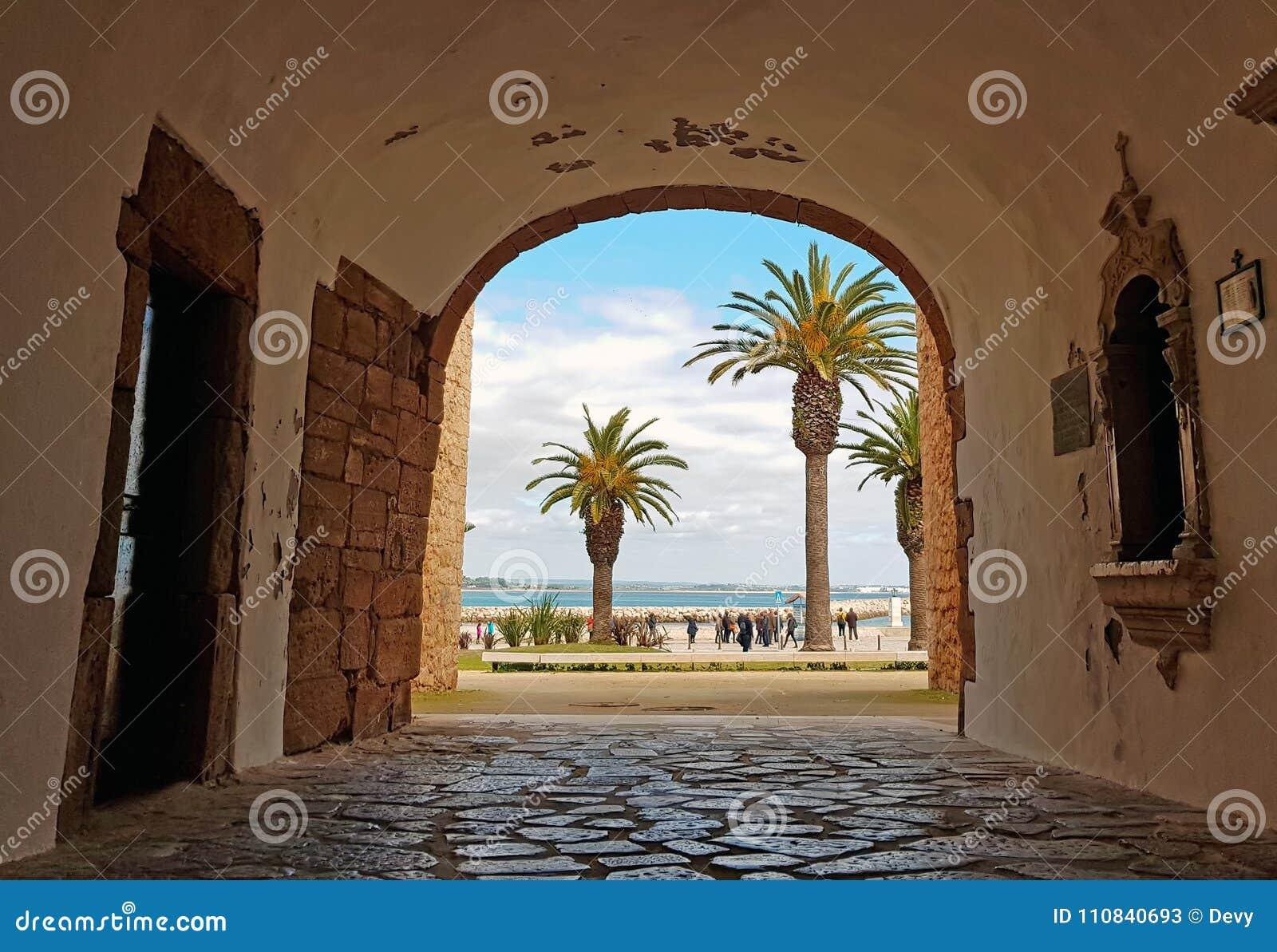 Gang door een middeleeuwse ingang aan de oceaan in lagos portugal