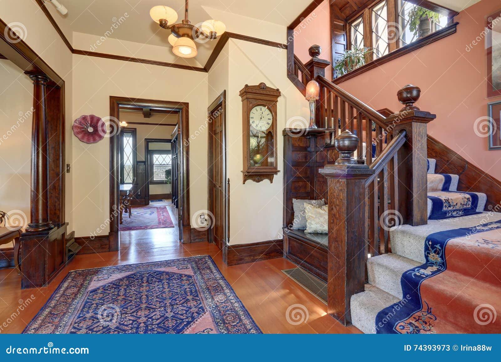 Gang met bruine versiering en hardhoutvloer in oud huis stock foto afbeelding 74393973 - Gang huis ...
