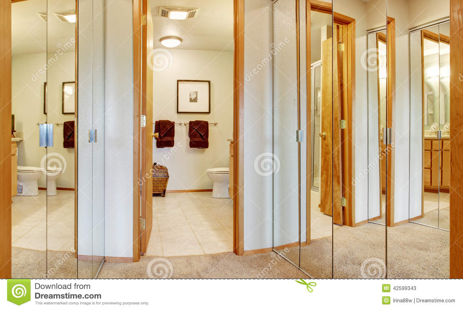 Kast Badkamer Schilderen : Gang met de kasten en de badkamersmening van de spiegeldeur stock