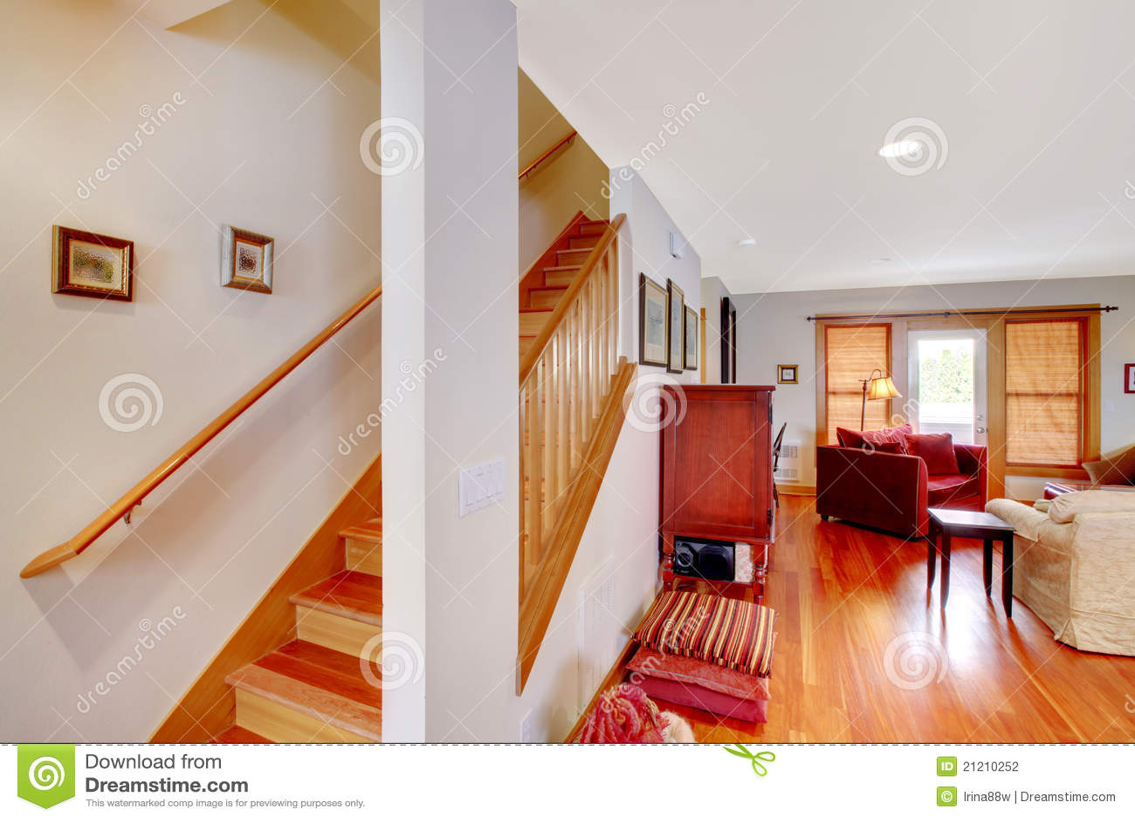 Gang met trap en woonkamer stock foto afbeelding Trap in woonkamer