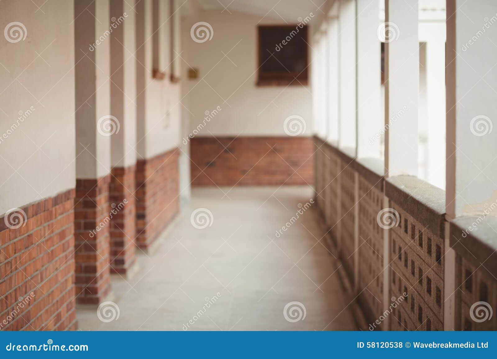 Gang op een basisschool stock foto afbeelding 58120538 - Een gang ...