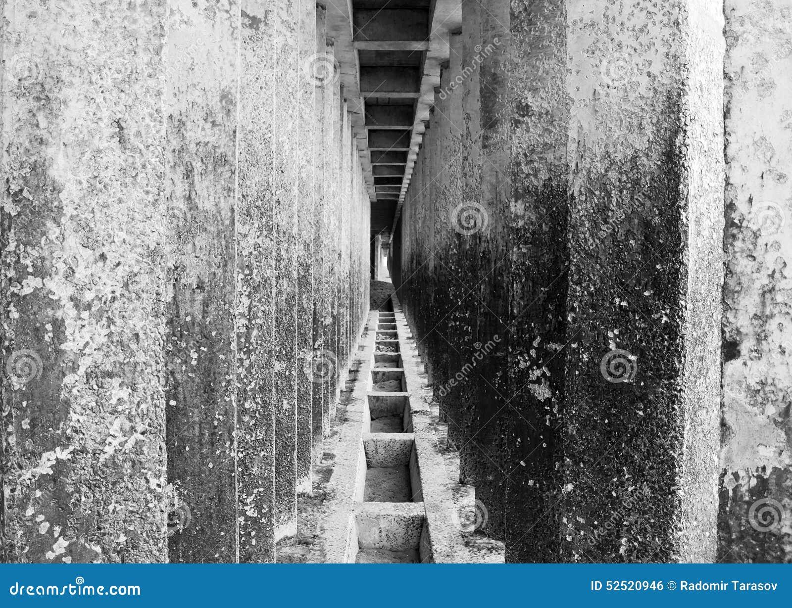Gang van concrete pijlers