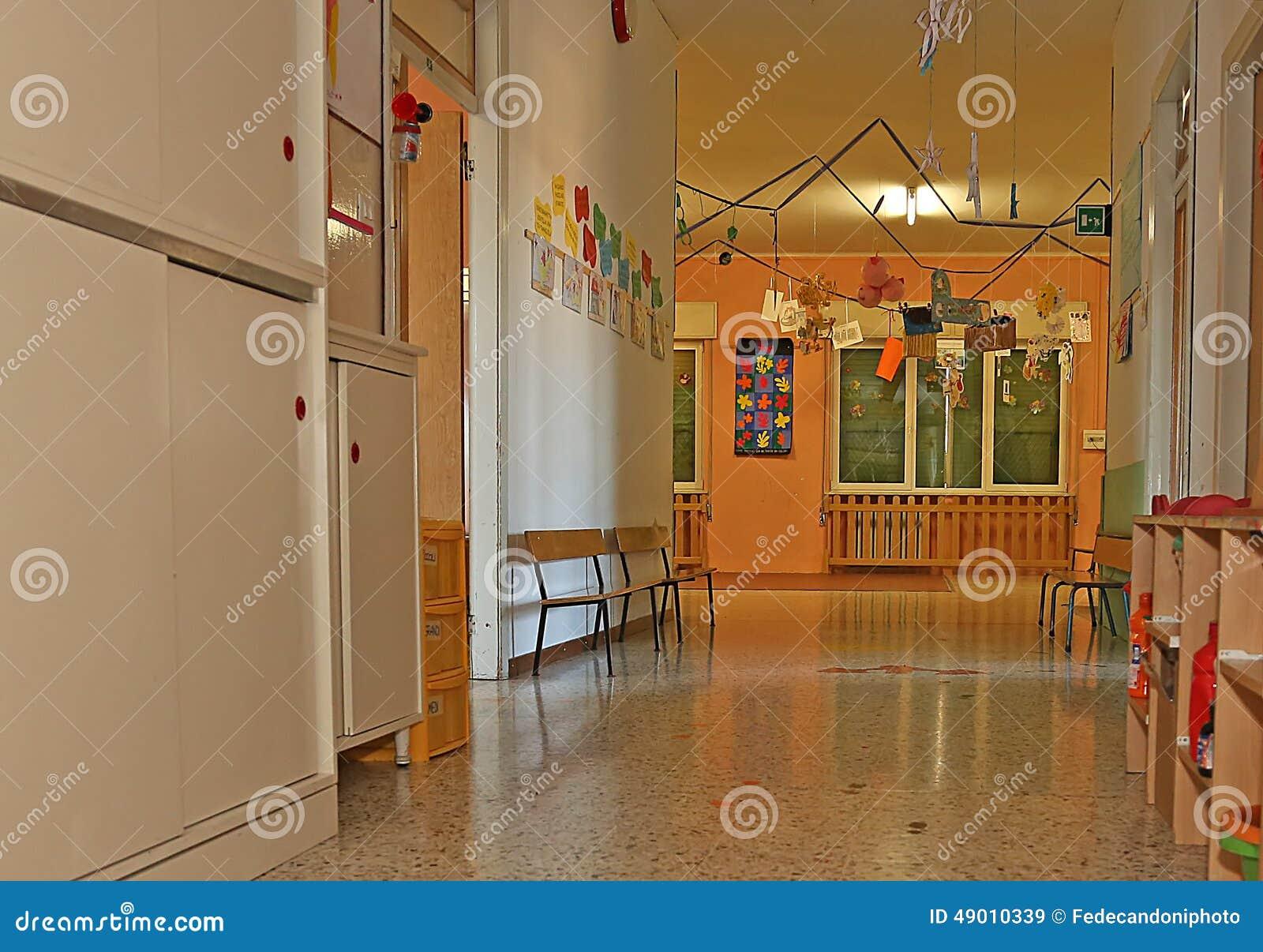 Gang van een kinderdagverblijf met de decoratie op muren for Decoratie gang