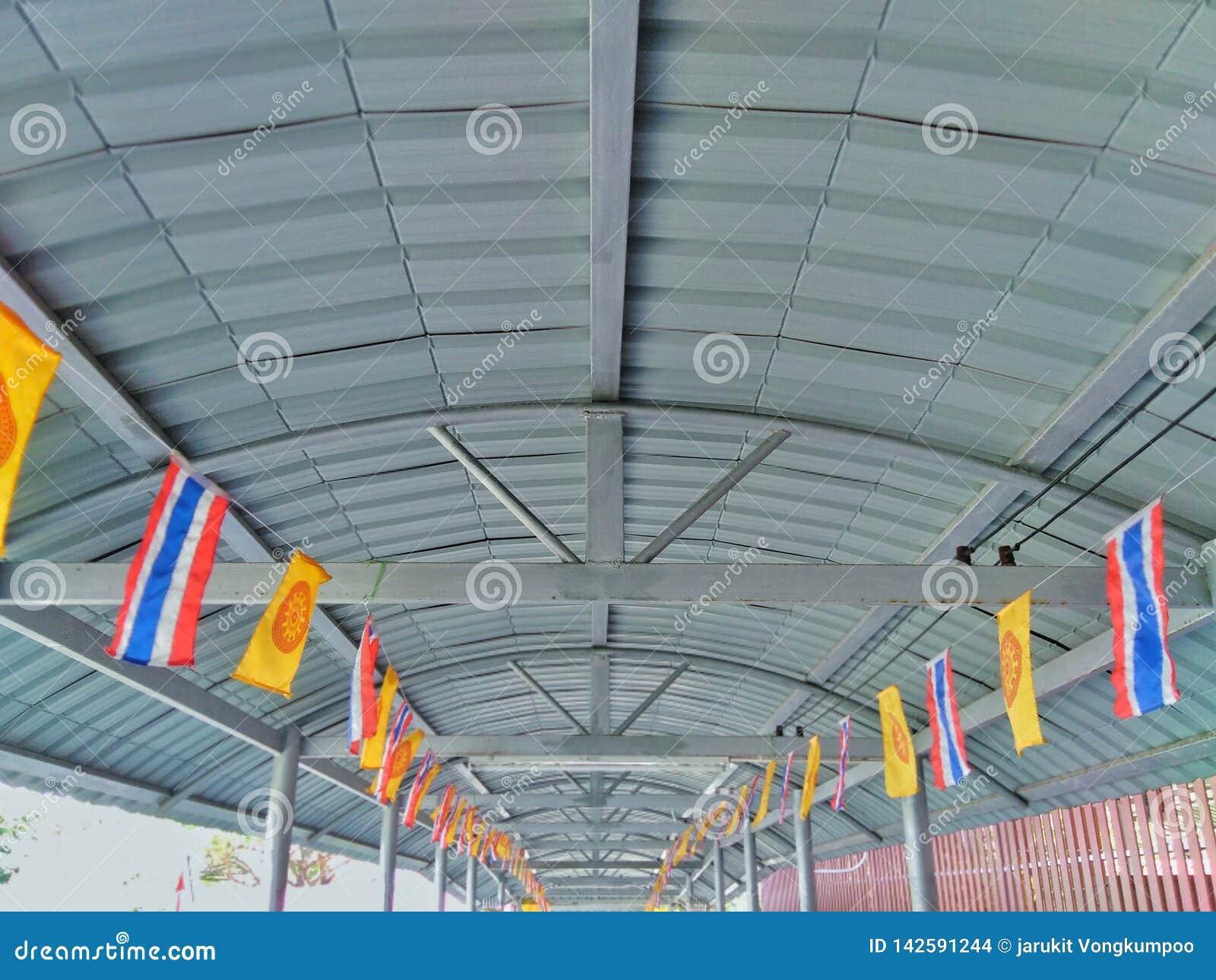 Gangdak met vele vlaggen wordt verfraaid die