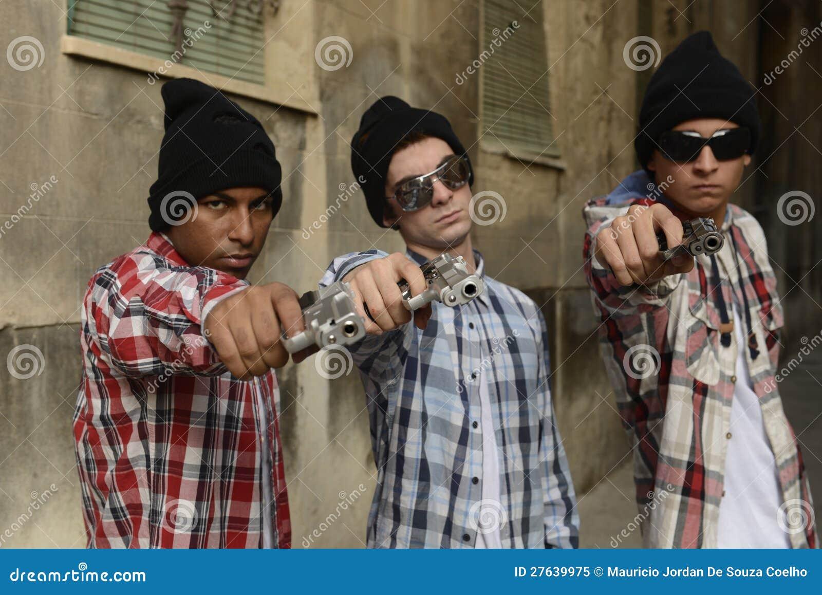 Gangu członkowie z pistoletami na ulicie