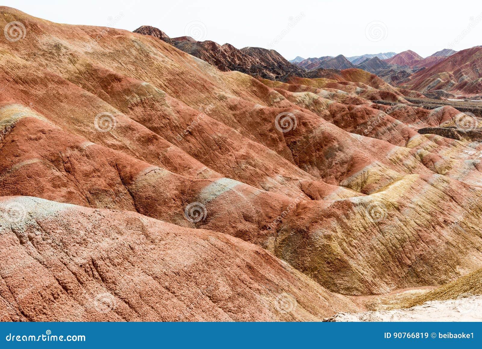 GANSU, CHINA - 10 de abril de 2015: Área cênico dos montes coloridos de Zhang