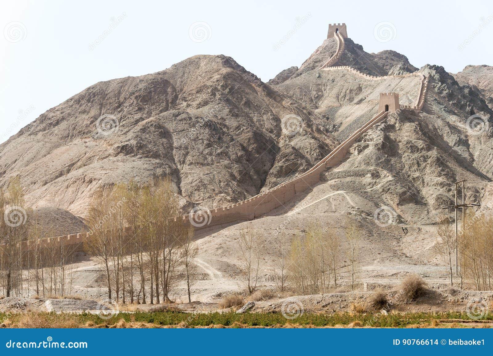 GANSU, CINA - 14 aprile 2015: Grande muraglia sporgentesi un famoso il suo