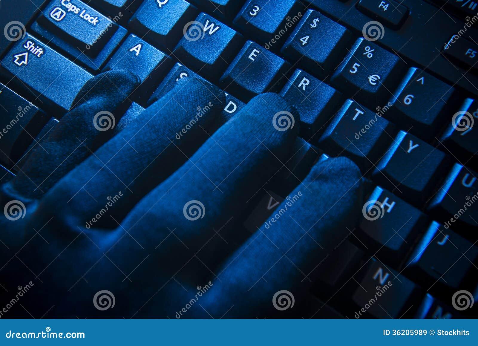 Gant noir sur le clavier d ordinateur