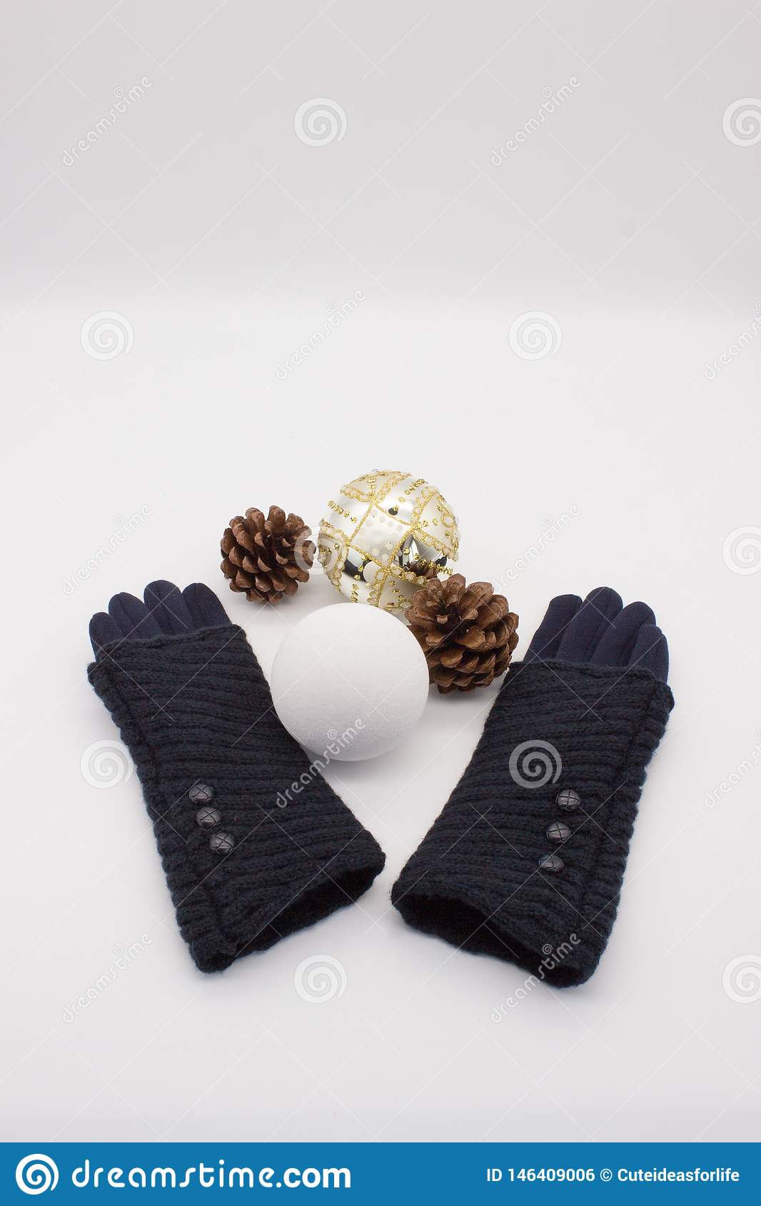Gants bleus, boules blanches et d or de Noël et deux cônes de pin sur un fond blanc Nouveau concept de Year's et de Noël