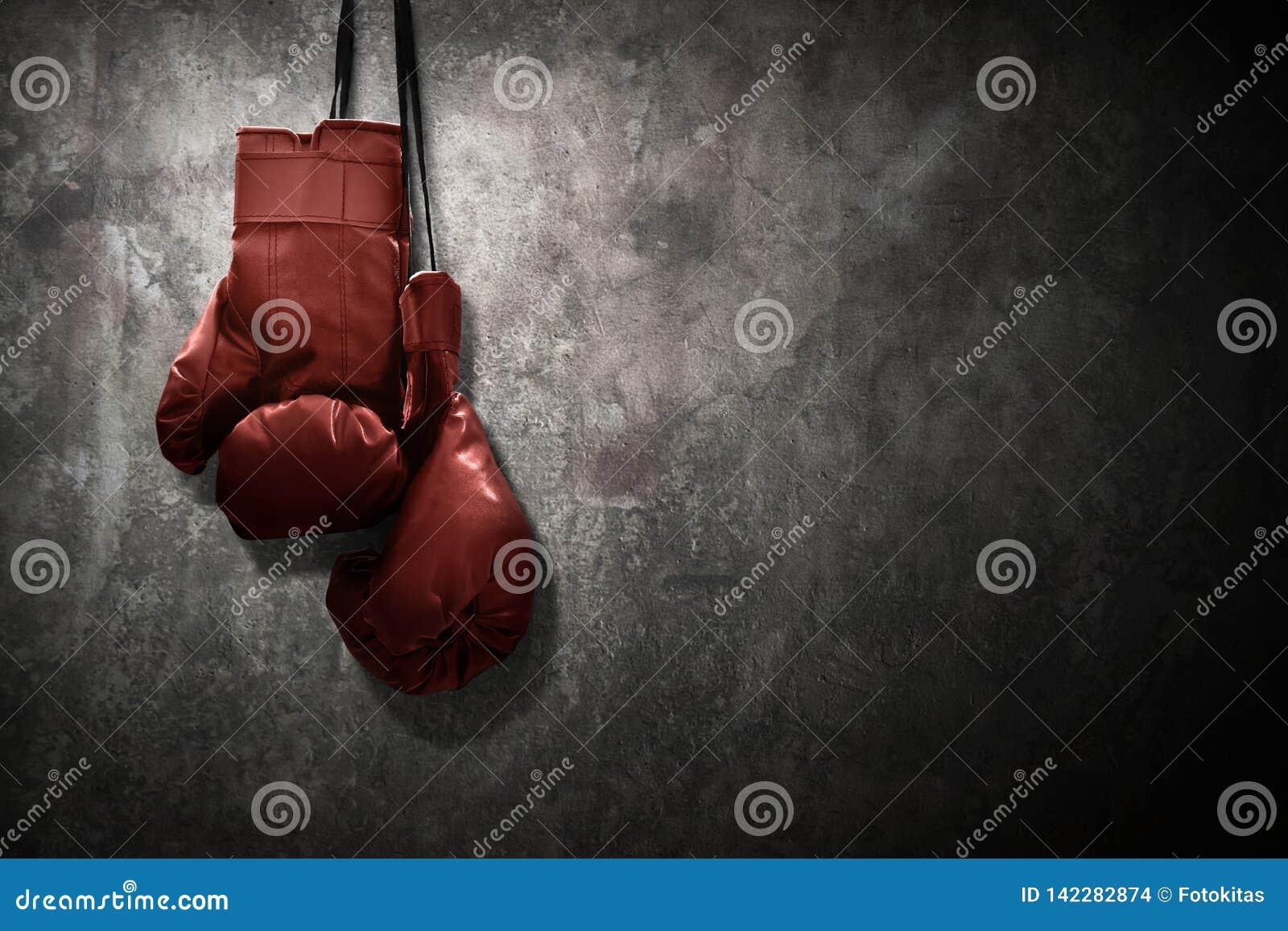 Gants de boxe accrochant sur le mur