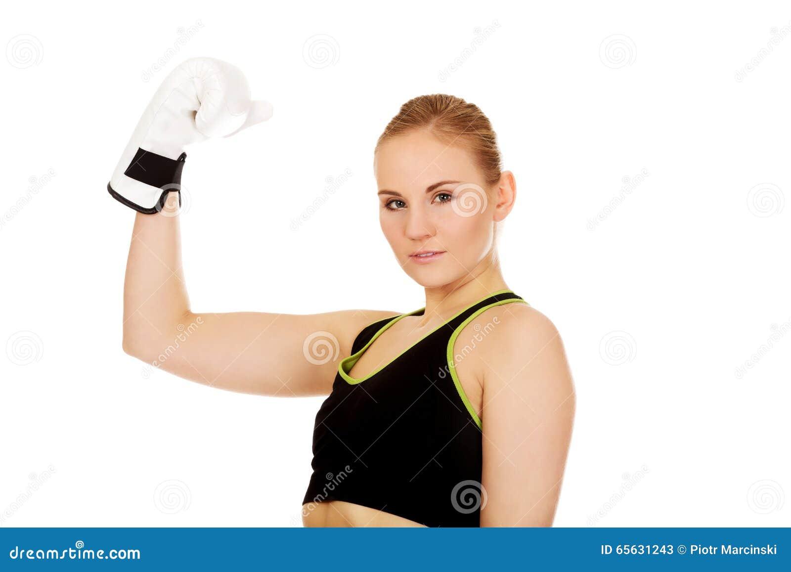Gants de boxe blancs de port de femme de forme physique de boxe