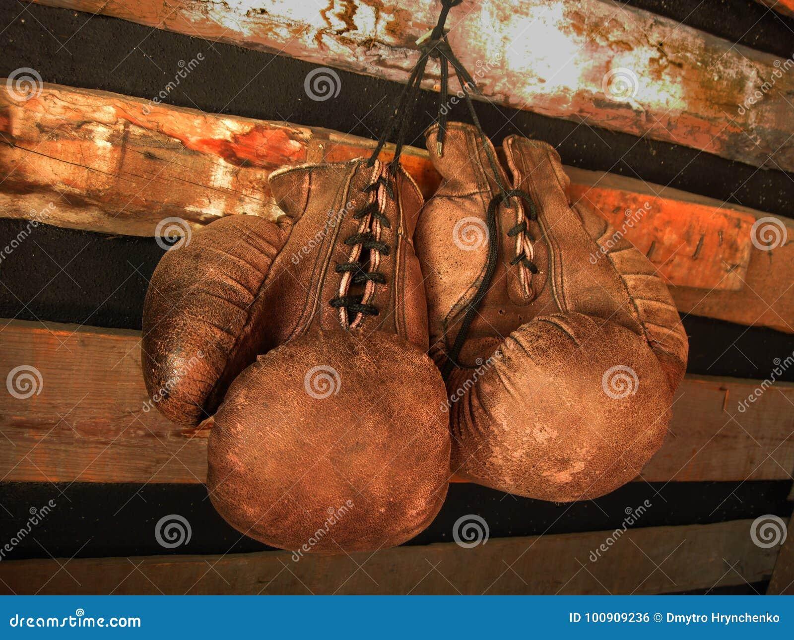 gants de boxe sur le mur photos stock inscription gratuite. Black Bedroom Furniture Sets. Home Design Ideas
