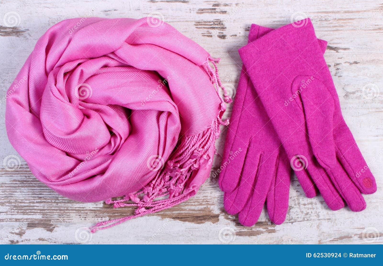 Gants et châle de laine pour la femme le vieux fond en bois rustique, les  accessoires féminins, l habillement chaud pour l automne ou l hiver efed2446729