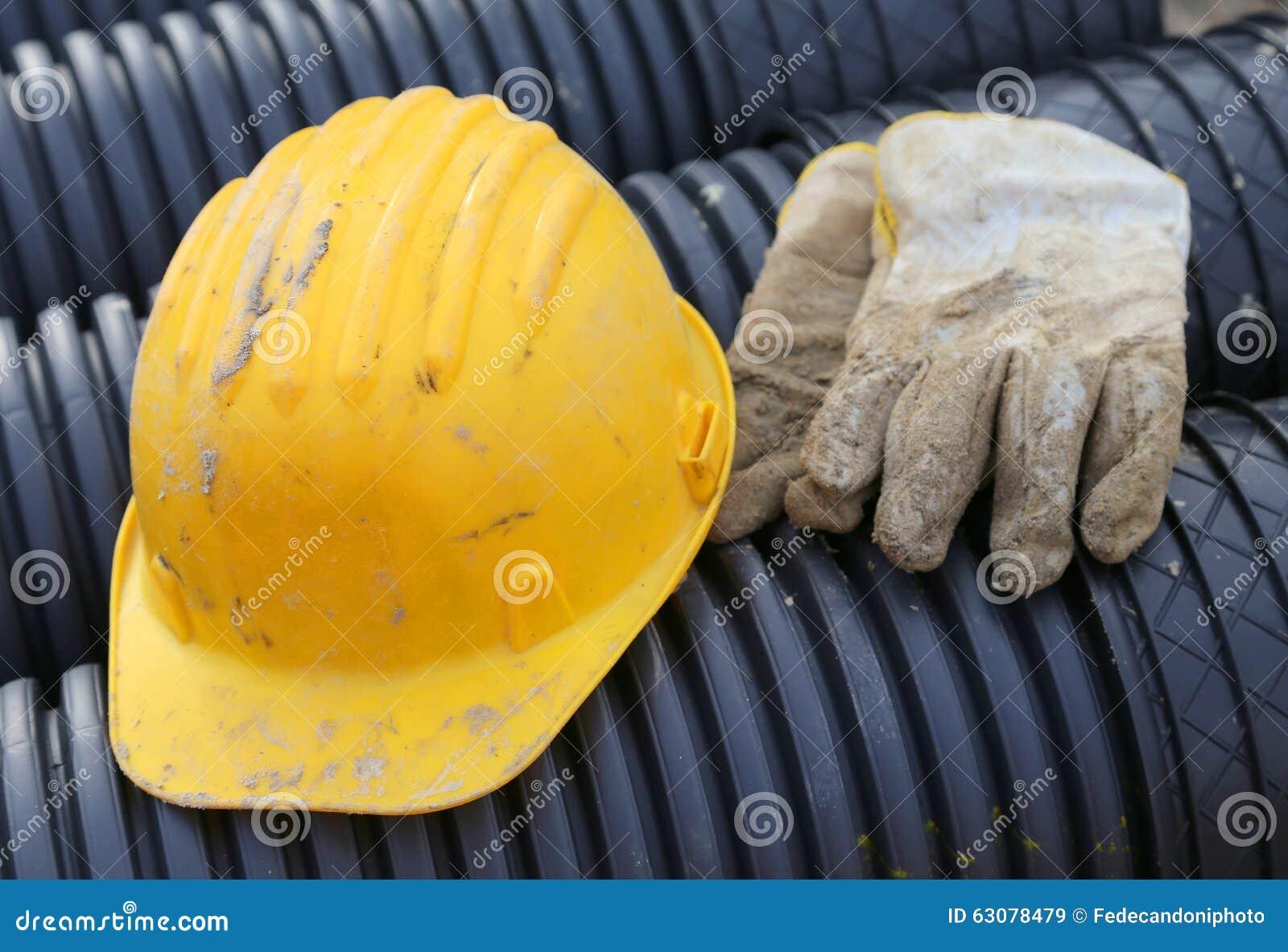 Download Gants Jaunes De Casque Antichoc Et De Travail Dans Le Chantier De Construction Image stock - Image du travaux, place: 63078479